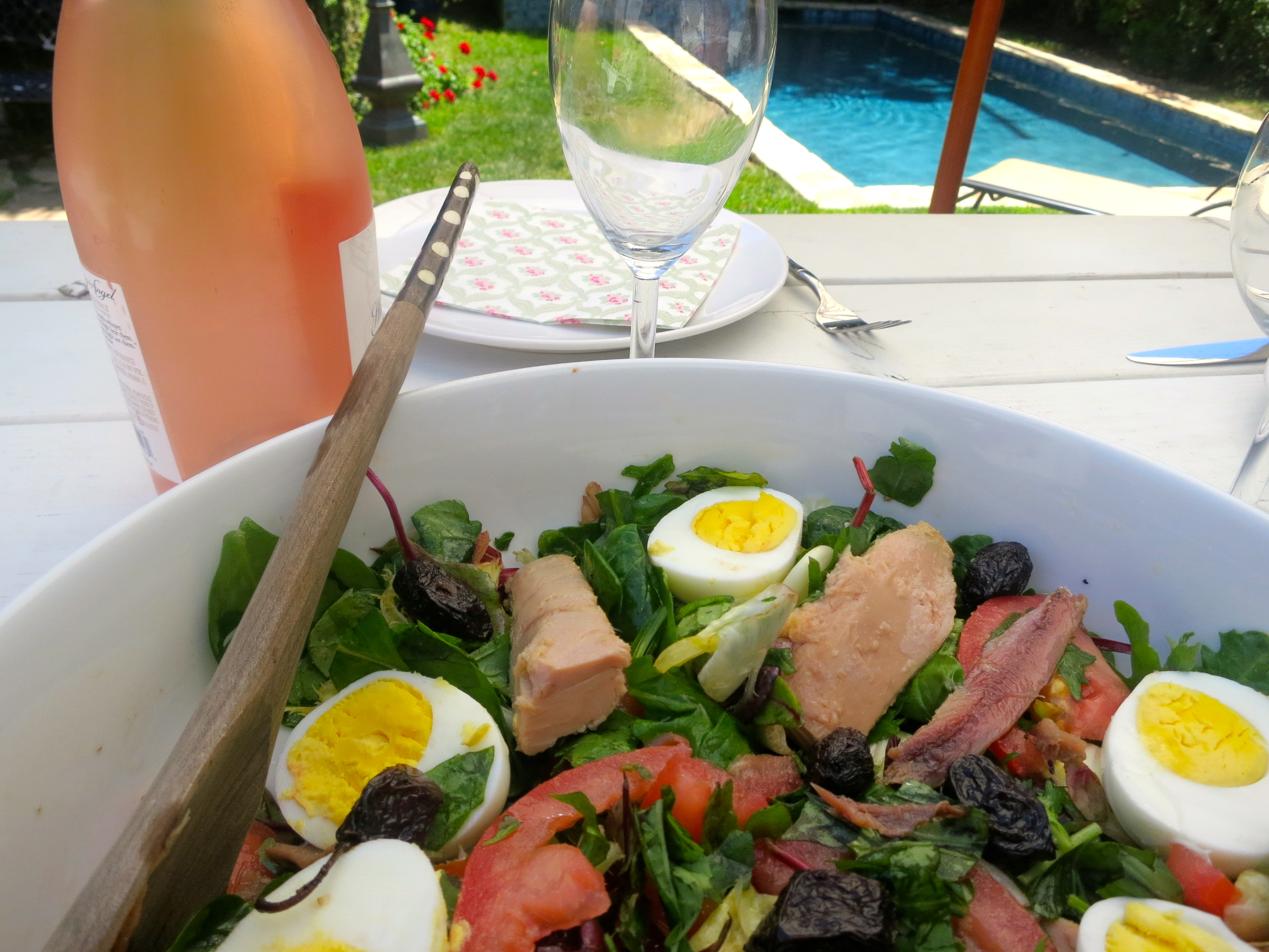 A classic French recipe from the South of France, salade nicoise is the perfect French salad for summer. Low cal, full of good nutrients and vitamins, packed with omega 3 and amazing flavours, it's the best way to lose weight the smart way!